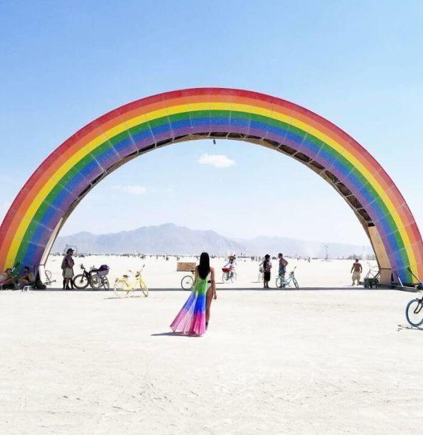 The Rainbow Bridge - Josh Zubkoff. Com nove metros de altura, a escultura é cobertura por luzes de LED multicoloridas. Revestida com painéis de madeira, pintados com as cores do arco íris, as luzes acendem de acordo com o som que está tocando.