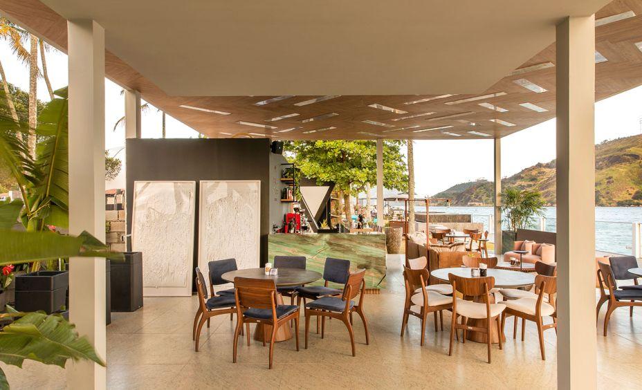 Coffee Work Apex - Amanda Leão, Bárbara Perim e Renata Morelato. O café é uma paixão brasileira, celebrado nestes 175 m². O espaço prioriza o conforto ambiental por meio da iluminação e da ventilação naturais, valorizando a bela vista do local e englobando a vegetação existente. Destaque especial para o teto, desenvolvido com réguas de madeira mescladas com ripas de pedras translúcidas, que atuam como luminárias.