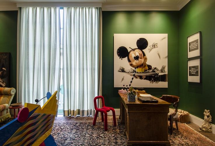 CASACOR São Paulo 2018: Cabinet Extraordinaire por Luiz Otávio Debeus. Um quadro com o personagem é uma obra<span>do artista francês Gérard Rancinan e emoldura uma das principais paredes do ambiente.</span>