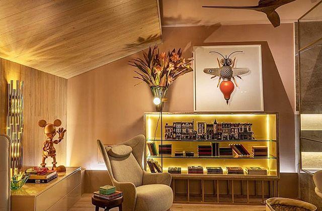 CASACOR Paraíba 2018: Loft Alexa porHenrique Santiago e André Pinheiro. Neste loft, muitas peças compõem o decór e conceito do ambiente, e uma delas é o ToyArt de Diego Neves.