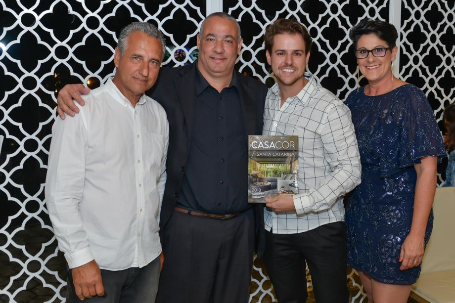 Diretores com Renildo Nunes, parceiro da marca Faixa Preta e Gabriel Bordin, autor da Casa Ônix By Karsten, capa do Anuário CASACOR SC