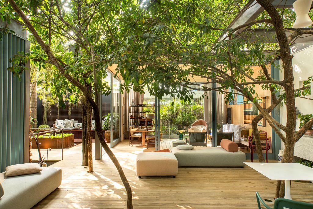 refugio urbano marina linhares casacor sao paulo 2018 varanda jardim arvores mobiliário flexível versátil sofás