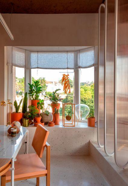 A introspecção não é algo penoso no Consultório de Psicanálise, das profissionais Isabella Lucena e Paula Gusmão. Cactos e kokedmas dispostos próximos á janela complementam as cores amareladas para criar uma atmosfera intimista e subjetiva, banhada de luz natural.