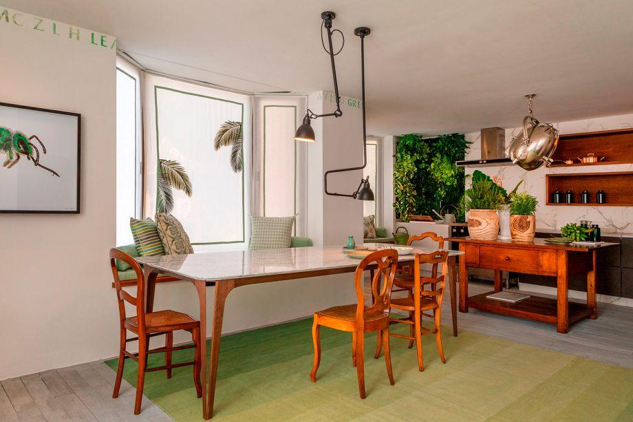 O verde predomina de várias formas na Sala Carioca, assinada por Márcia e Manu Müller. Seja na forma de revestimentos, na horta vertical contendo temperos frescos e até mesmo nos grafismos de folhas e gravuras de insetos.