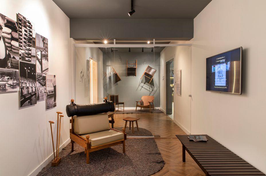 Galeria Sergio Rodrigues - Stampa e IAB-ES. Em homenagem a um dos grandes designers brasileiros, foi proposta esta galeria dividida em três salas, de 15 m² cada, reunindo suas icônicas peças. Em primeiro plano, a poltrona Tonico, que data de 1963 e foi inspirada na poltrona Mole - que dispensa apresentações. Ela vem na companhia do banco ripado Mucki, em jacarandá, e da banqueta Sonia. Atrás, a parede expõe a cadeira Cantú, de 1958, dividindo a atenção com a poltrona Diz, criada em 2001.
