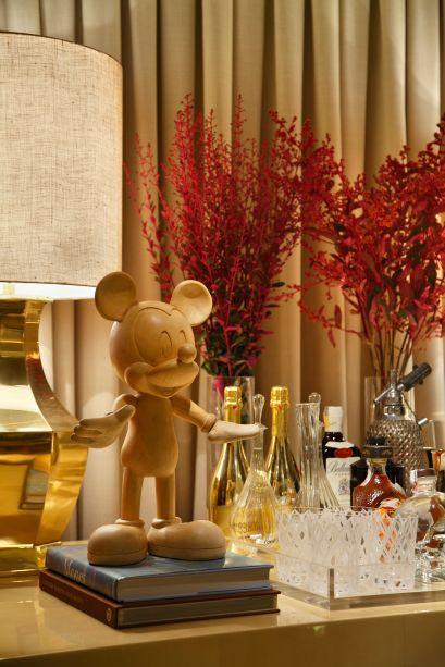 CASACOR São Paulo 2014: Living do Empresário por Paola Ribeiro. No ambiente de tons neutros, uma escultura do Mickey segue a mesma paleta e decora um dos cantinhos do espaço.