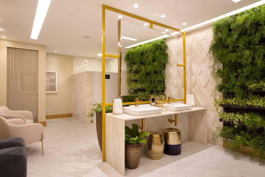 CASACOR Mato Grosso do Sul.Banheiro Deca - Alessandra Mafuci. O banheiro funcional foi projetado para toda a família e traz um conceito clean, sofisticado. O mármore argento é o principal revestimento, em placas polidas no piso e nas paredes, coordenando com as cores claras das louças Deca. Molduras douradas do espelho confirmam o requinte.