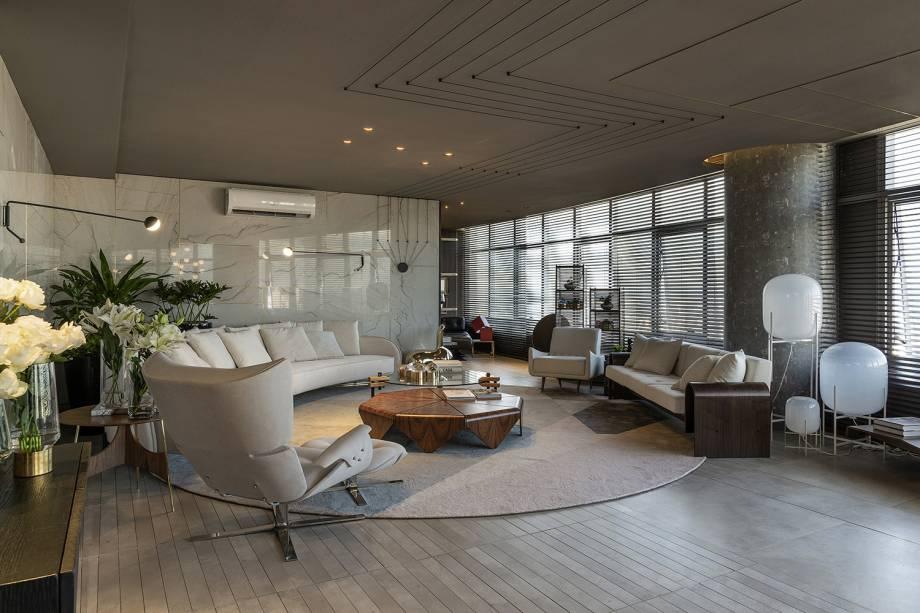 Na CASACOR Goiás, o Living 5, de Ana Paula Castro e Sanderson Porto, a mesa de centro Pétala compõe o mobiliário.