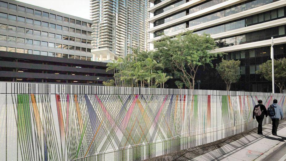 Engaging Urban Lines #2 - Carola Bravo. Para representar o fluxo e movimento das pessoas em uma metrópole, a artista e arquiteta cria uma instalação de metal e malha impressa criando uma rede de linhas. Elas se sobrepõem, cruzam, ramificam e correm em paralelo, envolvendo os visitantes já na 700 Brickell Ave.