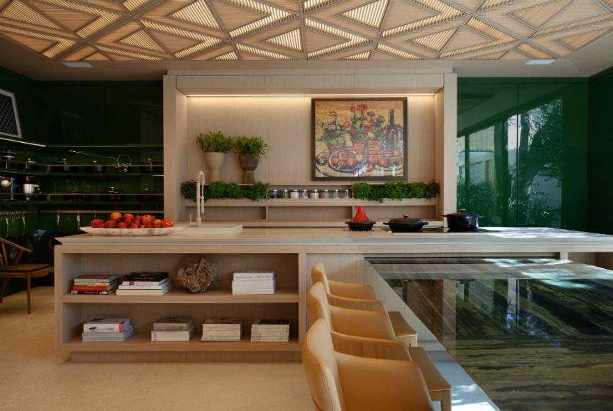 CASACOR São Paulo. Le Riad Bontempo - Roberto Migotto. A cozinha é o grande destaque desta casa e foi toda trabalhada com uma marcenaria clara. Uma pequena horta integrada à estante serve para cultivar hortaliças.