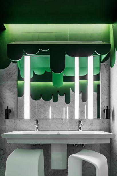 Nature Takes Over - MR O. Os banheiros que ocupam o 10º andar do 700 Brickell Ave quebram paradigmas e se apresentam como grandes surpresas aos visitantes. Já no corredor que faz passagem até os lavabos, uma tinta verde energiza as paredes, e se repete no lavatório. O tom fica bem disposto e harmônico com os mármores claros e as louças brancas.