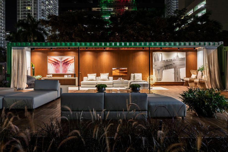 Container House - Leo Shehtman. Neste espaço contemporâneo e descontraído, Shehtman constrói com dois contêineres uma casa emoldurada por um jardim ao ar livre. Ao invés de criar paredes e divisórias concretas, o profissional opta por cortinas, que filtram a luz do sol e não separaram totalmente os ambientes. No interior, móveis de madeira são dispostos com peças mais clássicas. Já na área externa, móveis baixos e confortáveis são perfeitos para uma tarde de sol com convidados.