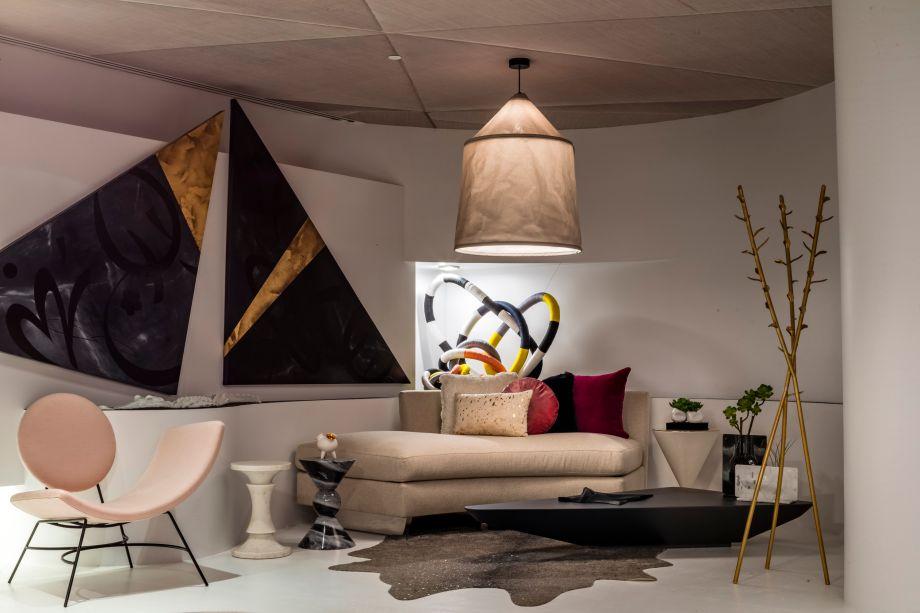 CASACOR Miami.The Senseful Space - Sandra Diaz-Velasco. O design deste lounge baseia-se em contrastes e justaposições. Curvas orgânicas compensam as arestas retas; as áreas verdes suavizam os acabamentos de alta tecnologia, como os pisos superficiais ultracompactos, o revestimento de parede de fibra de vidro e os painéis de acrílico rosa. Concebido como parte do loft de um executivo, a sala apresenta itens de design, como a mesa de café Zaha Hadid, e a cadeira de lounge Toyo Ito Suki. Obras de arte intensificam a oposição do natural e do humano. As peças incluem as esculturas abstratas blobby de Andrea Nhuch e o Monumento ao Jacaré, de Jenna Efrein.