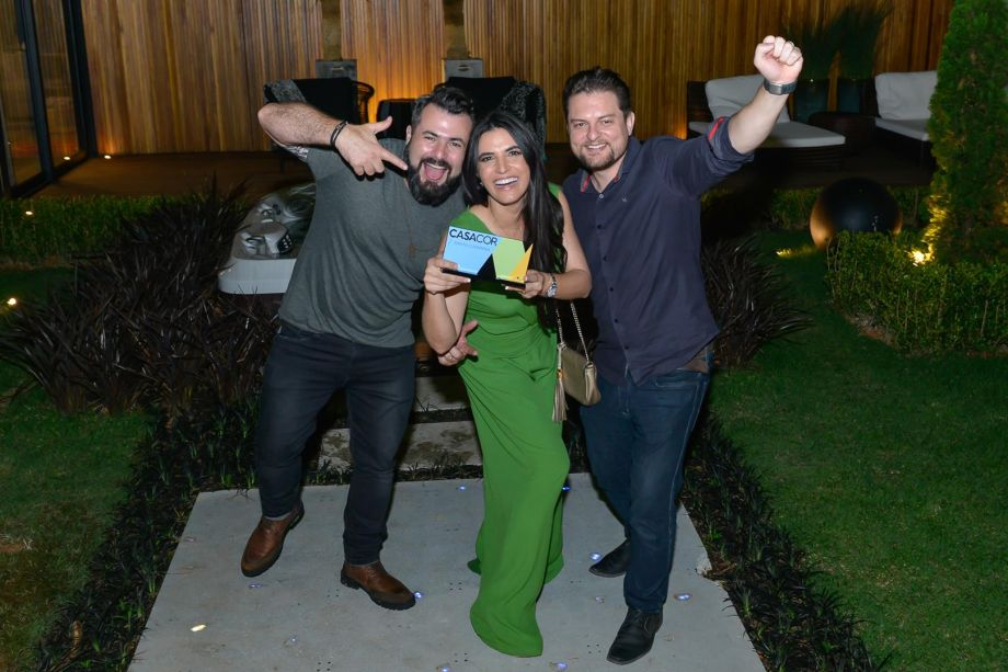 <strong>Ambiente mais Criativo:</strong> The Garden Loft, dos profissionais Rose Campos, Fábio Silva e Allan Chierighini. Prêmio entregue pelo diretor da RIC TV Record, Roberto Bertolin.