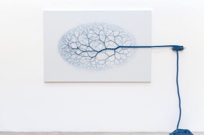 Janaina Mello Landini Ciclotrama 122 (vento) , 2018 15m de corda de nylon azul diametro 24mm sobre vela de barco e cunho de amarração em aço inoxidável 120 x 180 cm