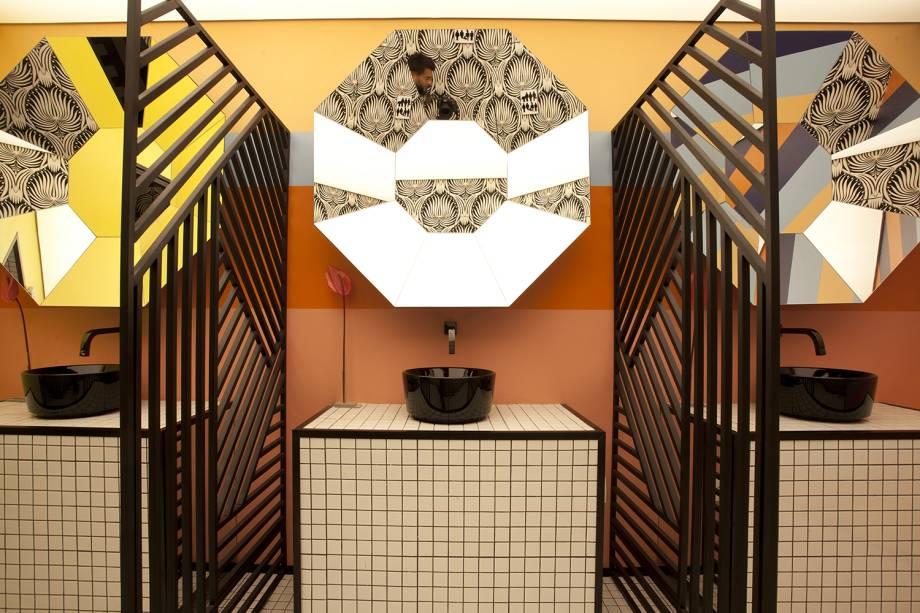 WC No Gender - Lisandro Piloni. CASACOR São Paulo 2018. O estilo Memphis e o clima de anos 1980 trazem descontração ao espaço de 30 m², intenso no geometrismo e nas cores. Das divisórias aos revestimentos, passando pelo recorte dos espelhos, tudo transmite alegria e liberdade.
