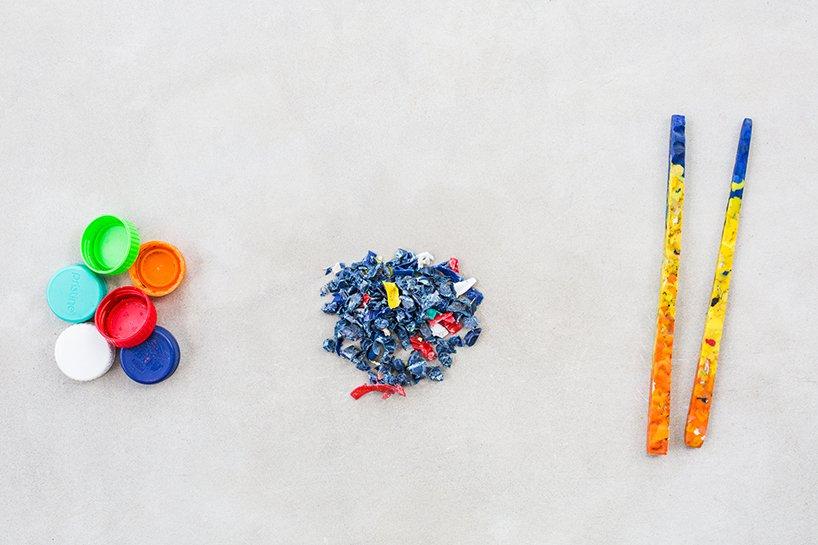 Tampas de garrafa de plástico são trituradas e transformadas em pauzinhos coloridos.