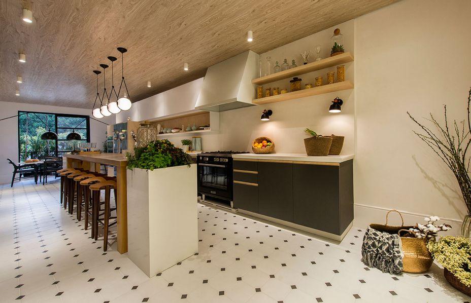 CASACOR Santa Catarina/Itapema 2018:<span>Cozinha Dinamarquesa - Linda Martins e Cris Araújo. O design em sua forma mais pura é um dos atrativos do estilo escandinavo, com foco no bem estar, na funcionalidade, no feito à mão. O mobiliário bem resolvido possui linhas retas, com puxadores em cava. As cores e os materiais são naturais, como o branco, menta, grafite e a madeira lavada que chama a atenção para o teto.</span>