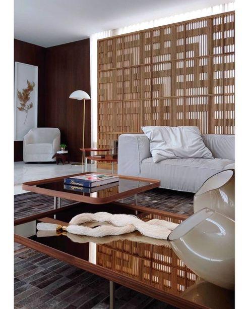 Presença sempre destacada na CASACOR Espírito Santo, Ana Paula Castro criou este biombo com placas vazadas de madeira para a casa de Cris Locatelli.