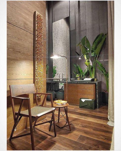 CASACOR Mato Grosso: cadeira Atibaia, de Paulo Alves, no banheiro do Loft do Casal, de Vanessa K. e Andreia Bidoia.