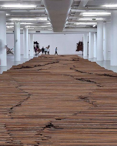 Exposição Raíz do artista comtemporaneo chinês Aí Weiwei, na Oca do Ibirapuera. Engajado, o artista usou nesta obra os vergalhões de uma escola destruída por um terremoto que matou mais de 5 mil criancas.