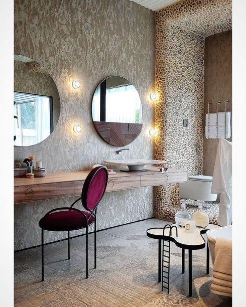 Um clima feminino e cheio de charme no banheiro do Loft Esgrima, de Júnior Torezani e Victor Sarcinelli. Destaque da CASACOR Espírito Santo.