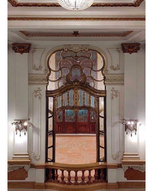 Detalhe do balcão principal do foyer do Teatro Municipal de São Paulo.