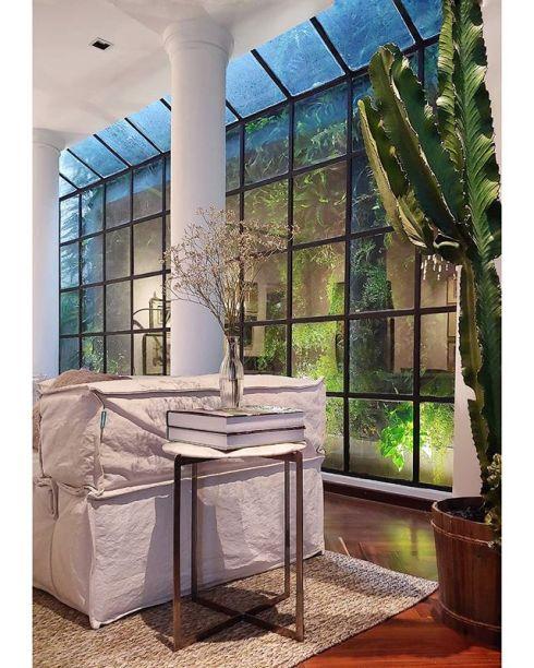 Detalhe da bay Window da Nossa Casa, um show room fechado nos Jardins, em São Paulo, que reúne móveis da Toque da Casa, tapetes da DomDaqui e luminárias da Luminata.