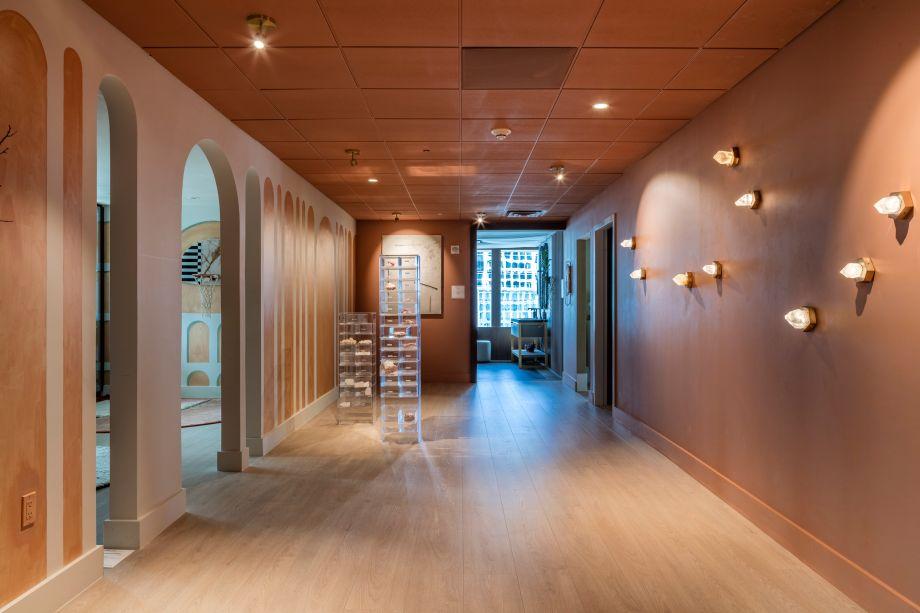 Stardust Installation por Joanne Stone. O trabalho da artista incorpora pedaços de quartzo na sua forma original. As peças foram cuidadosamente selecionadas de uma mina de Utah. O trabalho de Stone é inspirado na natureza e nos quatro elementos, que ela acredita canalizar através dos materiais usados em seus projetos.