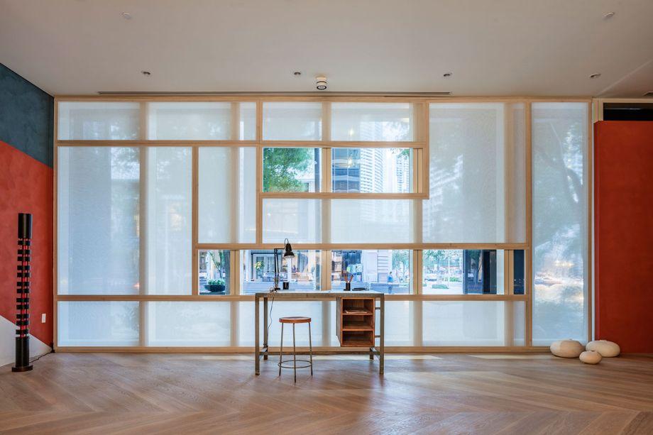 CASACOR Miami 2018:<span>An Architect's Room - D'Apostrophe Design Inc.Uma ode à obra de Le Corbusier, este espaço de estudo para um arquiteto baseia-se fortemente no estilo moderno do século XX. As cores do ambiente fazem referência ao esquema ousado da Maison La Roche, a villa parisiense Corbu criada em 1923. Os materiais são sóbrios: o piso de carvalho branco, a cor branca nas paredes, madeira e linho. A mesa de concreto redonda suspensa pode receber reuniões e encontros e dá aoc espaço um sabor modernista ainda mais forte.</span>