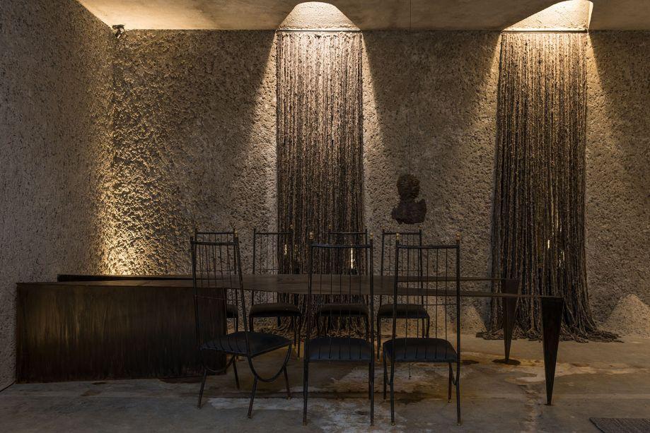 """CASACOR São Paulo 2018:<span>Casa Neshamah - Gustavo Neves. """"Neshamah"""" é a palavra hebraica para """"Sopro da Vida"""". E a casa funciona aqui como um organismo vivo, com um esqueleto em estuque artesanal. A iluminação ressalta as nuances do material e cria uma atmosfera introspectiva nestes 200 m².</span>"""