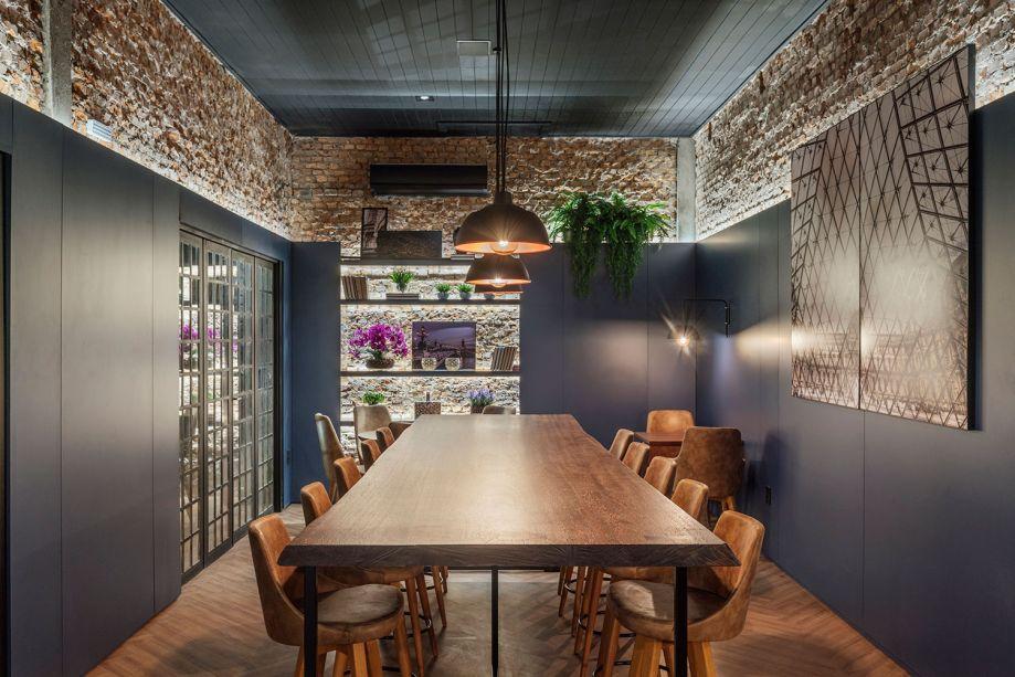 CASACOR Rio Grande do Sul 2018:<span>La Maison du Burger - Manuela Beheregaray. O projeto opta pelo estilo rústico e contemporâneo. Os materiais são utilizados na forma mais natural possível, incluindo o aproveitamento de revestimentos originais, como tijolos maciços e o forro em lambri. A marcenaria em chapas de MDF na cor azul envolve o espaço e confere funcionalidade.</span>