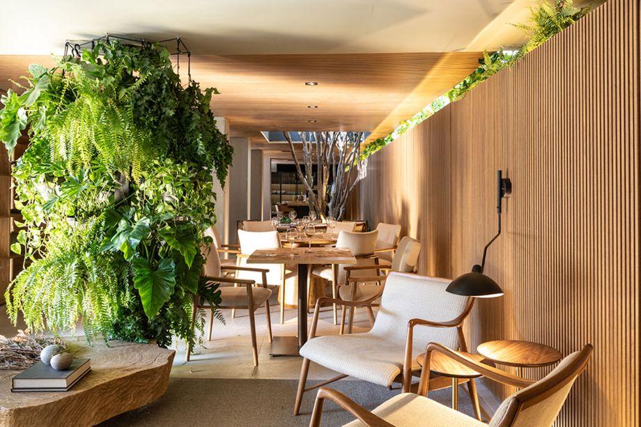 CASACOR São Paulo 2018:<span>Tartuferia - mf+arquitetos. Os arquitetos Mariana e Filipe Oliveira focaram em materiais naturais e na integração com o exterior, com brises. As linhas retas desempenham papel importante, transformando as colunas e o teto em elementos de design. O mobiliário é cheio de bossa.</span>