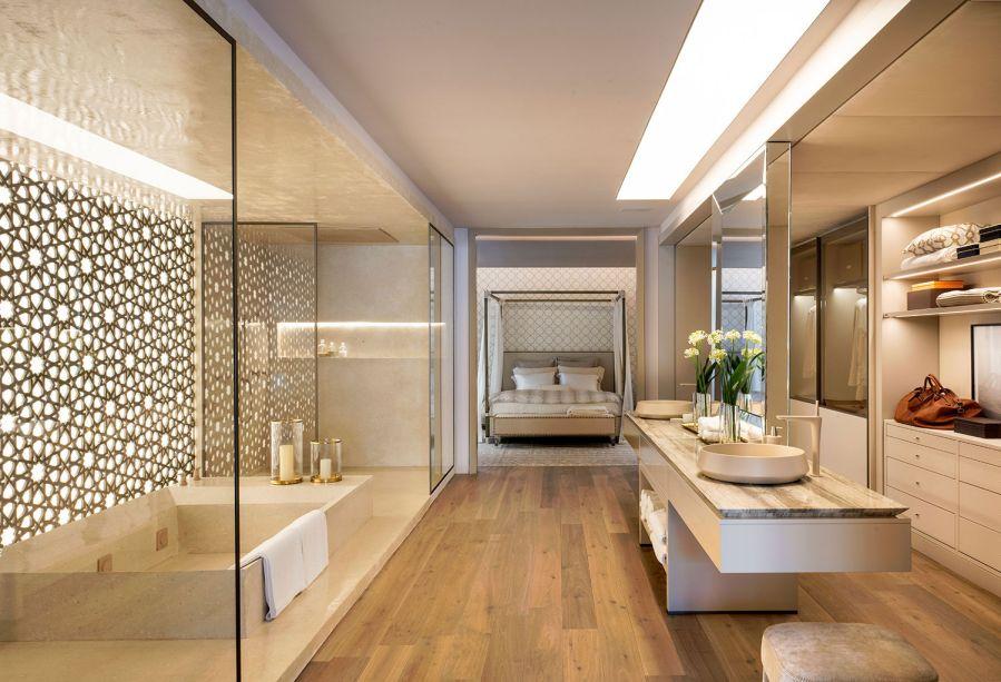 CASACOR São Paulo 2018:<span>Le Riad Bontempo - Roberto Migotto. Riad é um tipo de construção do Marrocos, voltada a um pátio com jardim interno. Nesta releitura contemporânea, a casa de 400 m² se abre para o jardim de 200 m². Os móveis fixos enaltecem as linhas retas e a praticidade. O grande painel de madeira entalhada é assinado com o sócio Ricardo Minelli.</span>