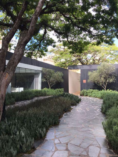 CASACOR São Paulo 2018:<span>Jardim da Villa Olivo - Daniel Nunes. O projeto foi desenvolvido como uma continuação do ambiente de João Armentano. Os painéis de madeira foram carbonizados utilizando a técnica japonesa shou sugi ban, e os tons escuros que prevalecem contrastam com o verde azulado das folhas.</span>