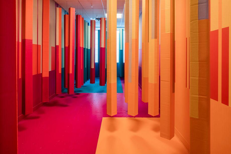"""Hidden Color por Christian Feneck. O artista nativo de Massachusetts apresenta uma instalação imersiva onde o uso de uma série de tons verdes, combinados com sons naturais, evoca tranquilidade no visitante. """"Eu permito que cada elemento influencie o próximo sem deixar noções preconcebidas do resultado que dita o design """", explica Feneck."""