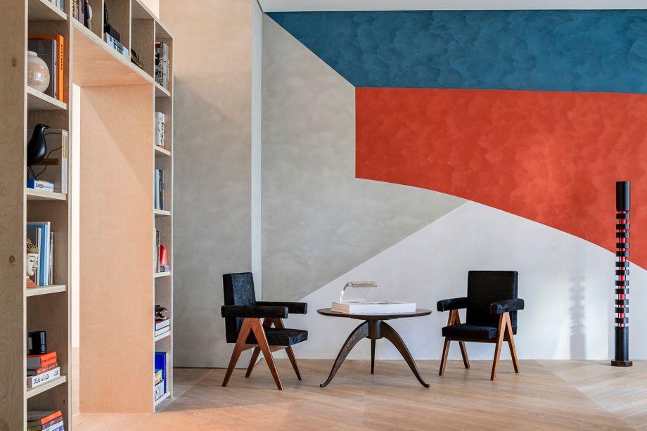 CASACOR Miami.An Architect's Room - D'Apostrophe Design Inc. Uma ode à obra de Le Corbusier, este espaço de estudo para um arquiteto baseia-se fortemente no estilo moderno do século XX. As cores do ambiente fazem referência ao esquema ousado da Maison La Roche, a villa parisiense Corbu criada em 1923. Os materiais são sóbrios: o piso de carvalho branco, a cor branca nas paredes, madeira e linho. A mesa de concreto redonda suspensa pode receber reuniões e encontros e dá aoc espaço um sabor modernista ainda mais forte.