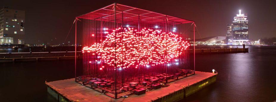 Desire (Desejo) - Composto de arquitetos, designers e artistas, o UxU Studio é um coletivo de Taiwan, que busca arriscar e experimentar com suas obras. A instalação Desire muda dependendo do ângulo que é observada: as vezes é um coração, as vezes é um lábio.