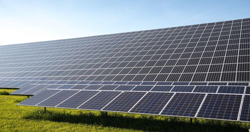Vários paineis solares alinhados