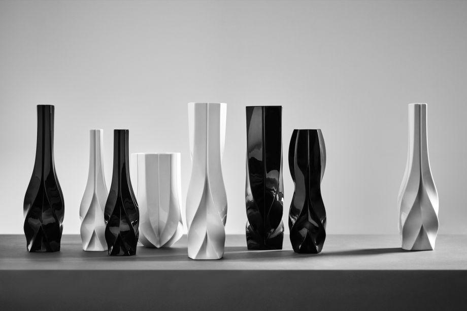 """A feira foi palco para um novo lançamento de objetos projetados por Zaha Haddid. A coleção, que incorpora o processo inventivo da profissional, apresentou uma taça de vidro em formato de """"redomoinho"""" e uma coleção em mármore monocromático."""