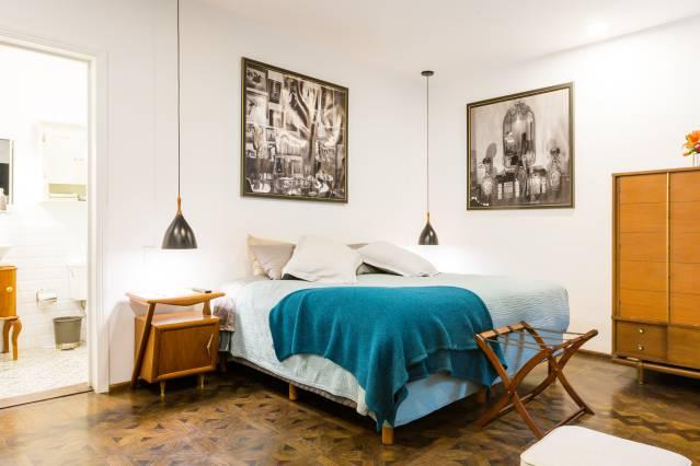 Duas suítes conectadas por um magnífico salão.Essa bela suíte vai fazer você viajar no tempo. Todos os móveis são peças originais do meio do século e feitas por designers mexicanos famosos. O apartamento tem, ainda, um terraço maravilhoso, ideal para café da manhã. -https://www.airbnb.mx/rooms/plus/24151639?adults=1&guests=1&location=Mexico%20City%2C%20Mexico&s=p6AbLiXP