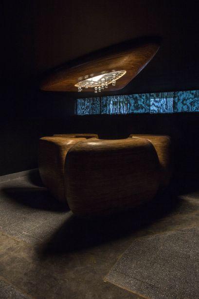 CASACOR Peru 2018:<span>Bar del Pisco - Federico Dunkelberg e Sophie Le Bienvenu. O espaço é invadido por elementos orgânicos e quentes, como a madeira. E ganha ainda mais elegância com o predomínio do preto e nuances de dourado. No alto, as taças se convertem em parte da decoração.</span>