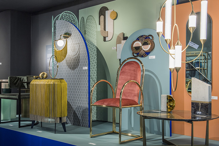 O uso de cor altamente saturada foi destaque na instalação <em>What's News</em> da Graphic Luxury, com curadoria de Elizabeth Leriche.<span>Com o crescente desejo de tato, matérias-primas e linhas limpas, a ênfase estava em texturas como junco, cana, superfícies ásperas e peças de encosto.</span>