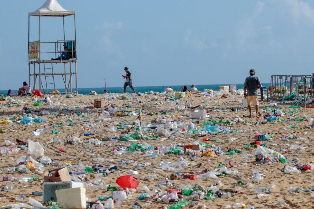 ilha de lixo no mar