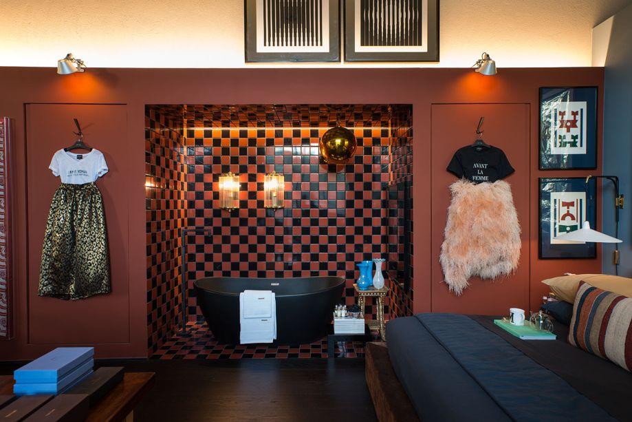 CASACOR São Paulo 2018:<span>Loft Eu + Tu + Elas - Michel Safatle. Iluminação, tons terrosos e azuis e diversos objetos compõem um décor que favorece a intimidade e a convivência. Além disso, a premissa do loft de 125 m² é a integração. Os ambientes se conectam, mantendo reservados apenas a sala de banho e o closet, em um único anexo isolado por paredes.</span>