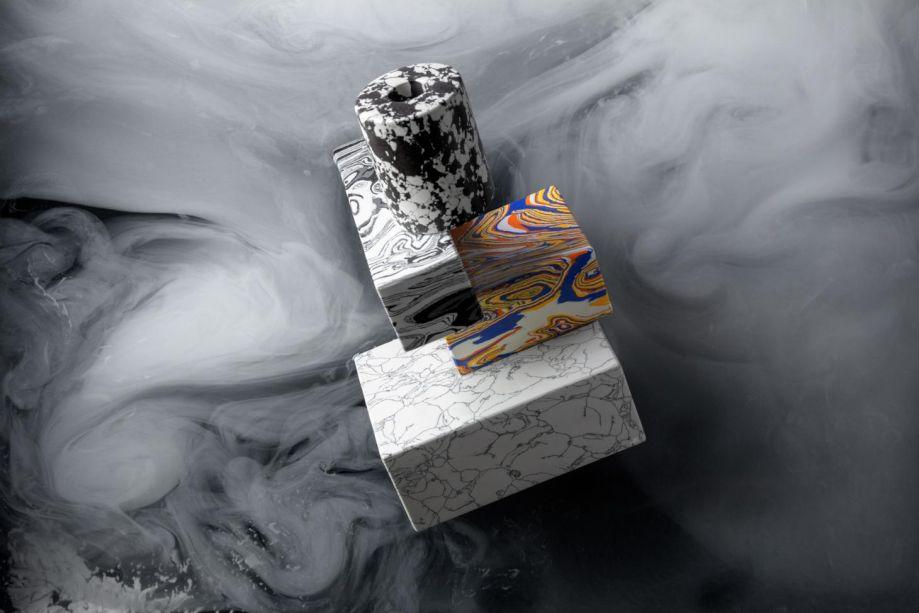 Esta linha de suportes para livros, vasos e candelabros é uma adição totêmica ao repertório de Tom Dixon, denominada <em>Swirl</em>. Divertidas emparelhadas e esculturalmente empilhadas, as peças têm a aparência de papel marmoreado 3D, mas oferecem o peso surpreendente de um objeto de pedra. Um novo coquetel de pigmentos, resinas e resíduos reciclados da indústria de mármore.
