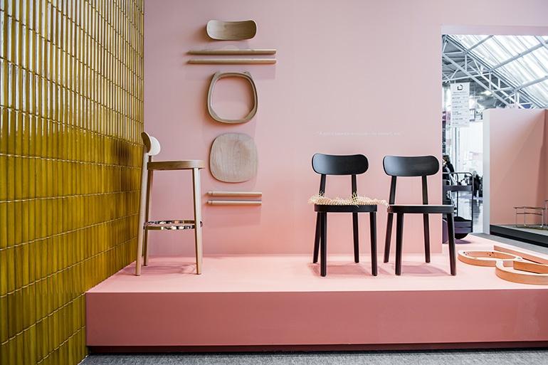 O homenageado designer do ano, Sebastian Herkner, mostrou na Maison & Objet que o título conquistado era mais do que merecido.A exposição de seu trabalho destacou seu processo criativo e como a cor desempenha um papel fundamental. Na foto, uma dupla da<em>S</em> <em>118 L Chair</em>destaca-se e se torna protagonista.