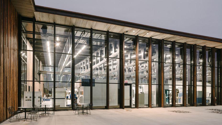 <strong>Fábrica Inteligente</strong>; Hoffman Estates, Illinois, por Barkow Leibinger. O local abriga um showroom prototípico de máquinas/ferramentas avançadas usadas para dobrar e moldar chapas metálicas. Posicionado estrategicamente perto do Aeroporto Internacional de Chicago O'Hare, ocupa uma parcela de terra recuperada de um campus corporativo abandonado.