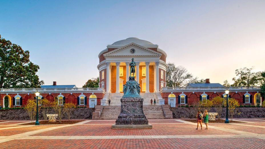 <strong>Restauração da Rotunda na Universidade da Virgínia</strong>; Charlottesville, Virgínia, por John G Waite Associates Arquitetos PLLC. Esta restauração do centro simbólico da Universidade da Virgínia – amplamente considerada a mais importante conquista arquitetônica de Thomas Jefferson – baseia-se no mais alto nível de preservação histórica e conservação de edifícios. Concebida por Jefferson como um templo para aprender, mas largamente relegada ao uso administrativo e cerimonial, a Rotunda é mais uma vez um foco da vida universitária.