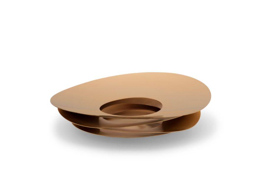 A premiada Riva, referência na arte de mesclar função e design de altíssima qualidade, exibe o Porta-aperitivos Venezia e lança a coleção geométrica de centros de mesa e fruteiras assinada pelo designer Ronald Sasson.